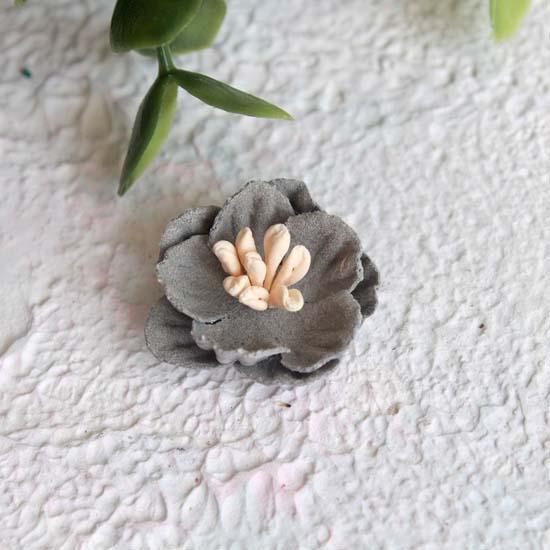 Цветок 2 см. плотный тканевый, серый