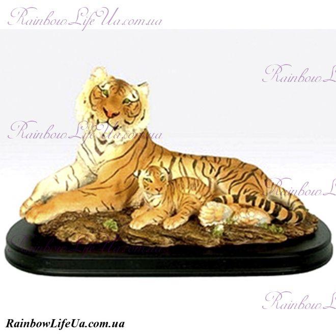 Фигурка тигрица с тигренком на деревянной подставке