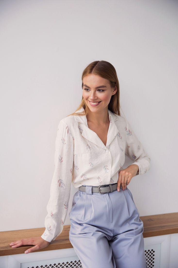 3150 Блуза с английским воротником с минималистичным принтом