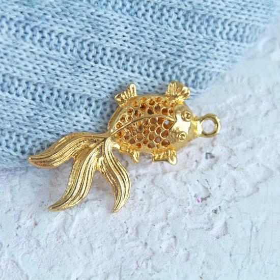 Кукольный аксессуар - Подвеска Золотистая объемная рыбка, 3,5 см.