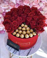 Композиция 25 роз и конфеты Fererro