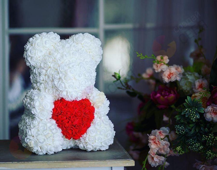 Мишка из роз, 40 см (белоснежный с красным сердцем)