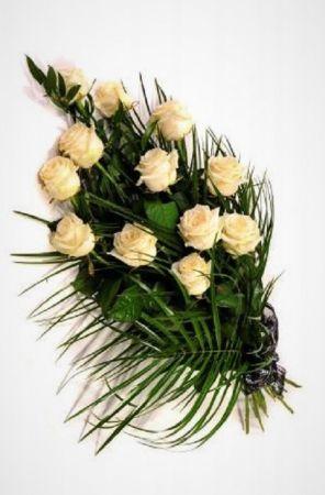Фото Похоронные цветы 12 белых роз и зелень
