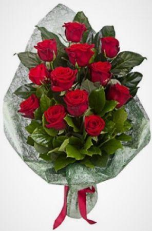 Фото Похоронные цветы 12 красных роз в упаковке