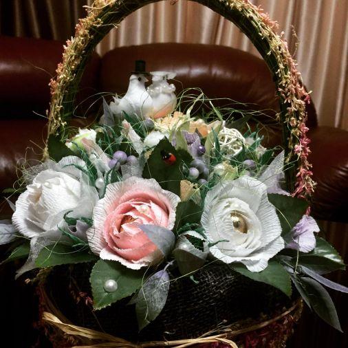 Букет из конфет 19 цветов в плетеной корзинке
