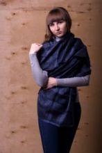 легкий тонкорунный палантин (широкий шарф) Деним Текстче Нейви DENIM TEXTURE NAVY , 55% шерсть мериноса, 18% овечья шерсть 16% шёлк, 11% лён, плотность 2