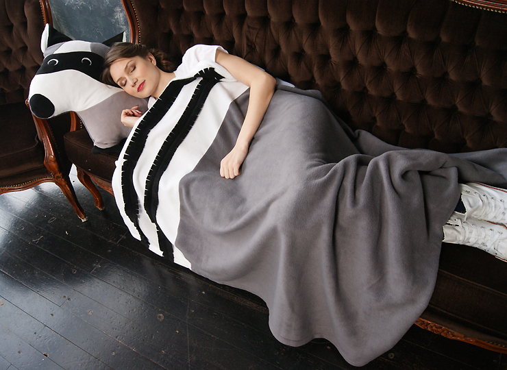 Подушка Енот и серый плед