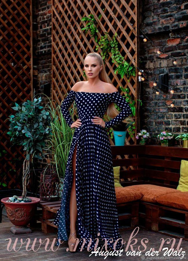 Платье в горошек с открытыми плечами