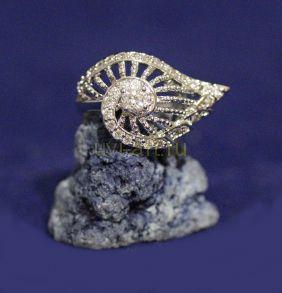 Позолоченное белым золотом кольцо с крупным декором (арт. 880166)