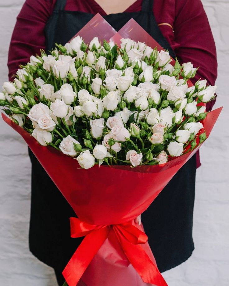 Букет цветов из 15 кустовых роз c доставкой в Комсомольске