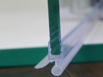 Уплотнитель нижний , горизонтальный, стекло 5-6мм
